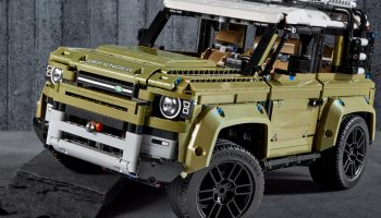 LEGO Technic 42110 Land Rover Defender in detail getoond